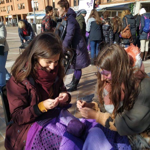 Tejiendo en la plaza de la Remonta mariposas contra la violencia de género