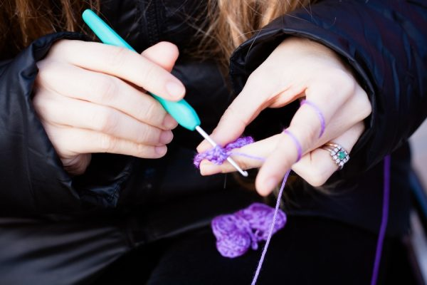 tejiendo mariposas en la plaza de la Remonta contra la violencia de género
